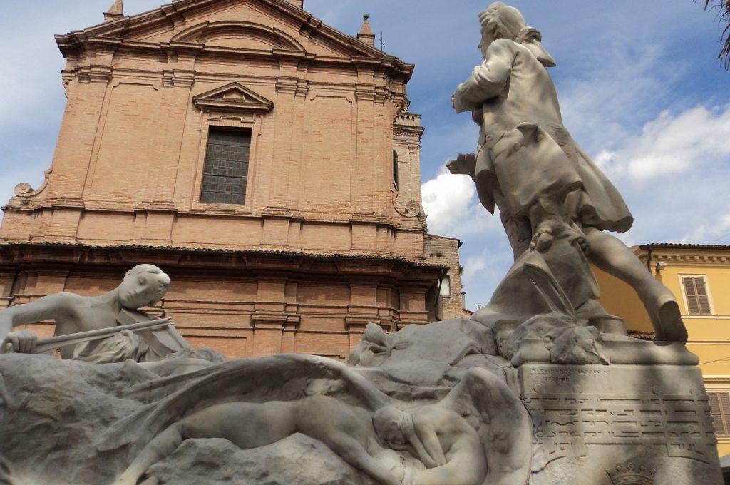 Il monumento dedicato a Giovan Battista Pergolesi e sullo sfondo la chiesa delle Grazie
