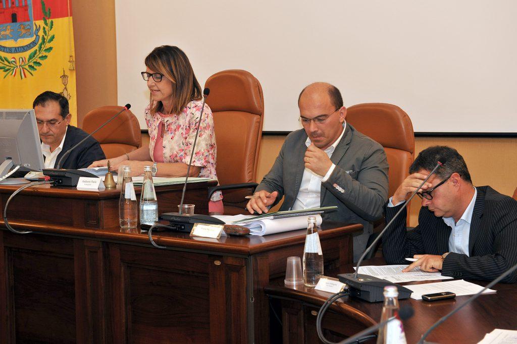 Al centro, la presidente del Consiglio comunale di Osimo Paola Andreoni