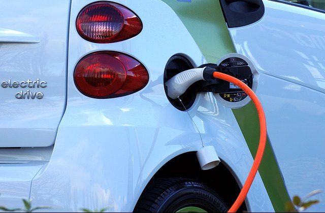 Auto elettriche, arrivano le colonnine di ricarica