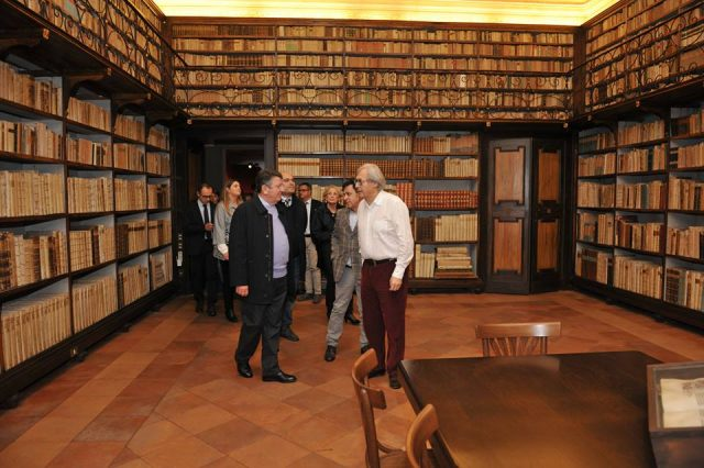 Sgarbi in visita alla biblioteca del Campana