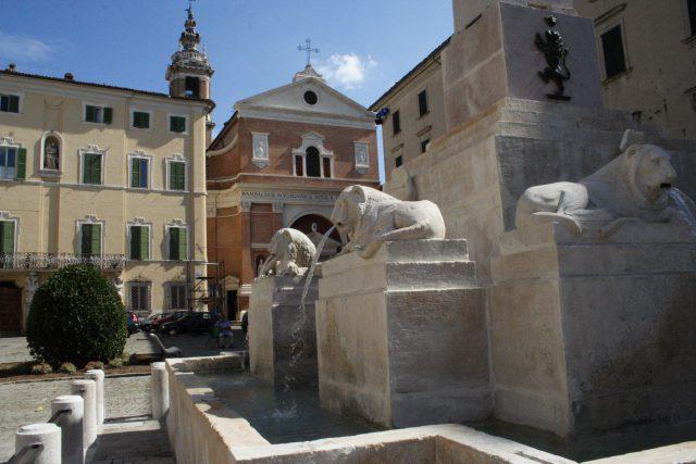 Jesi, fontana dei Leoni in piazza della Repubblica: il parere degli artisti