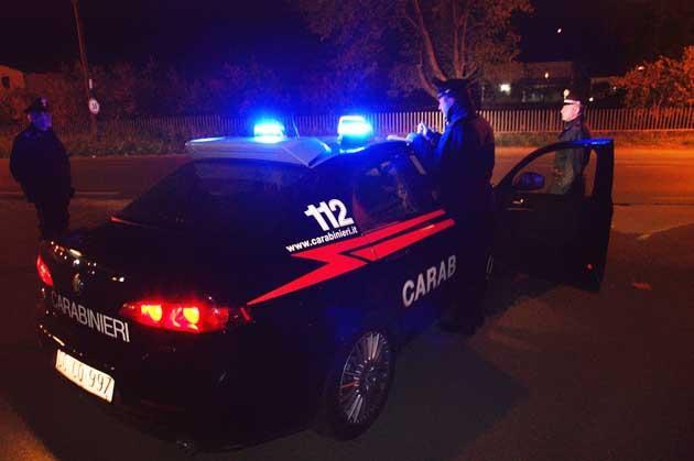 Rubano auto dalle carrozzerie per commettere furti. Carabinieri mettono in fuga banda di ladri