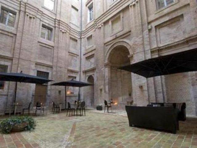 Il chiostro dell'ex convento dei padri Agostiniani poi ex hotel Il Giglio a Corinaldo
