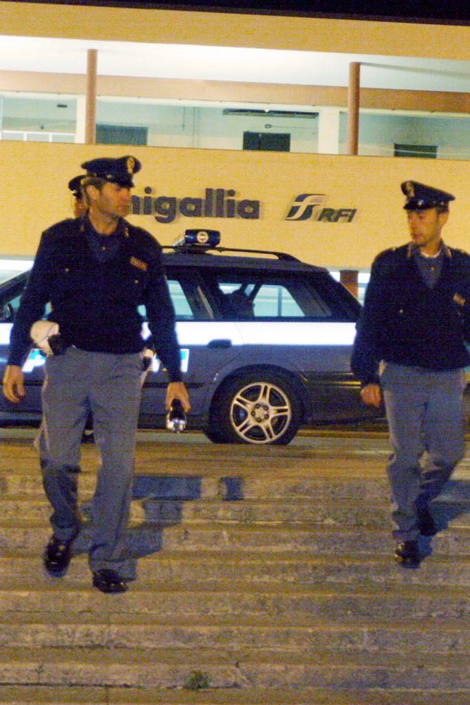 Agenti di polizia in stazione a Senigallia
