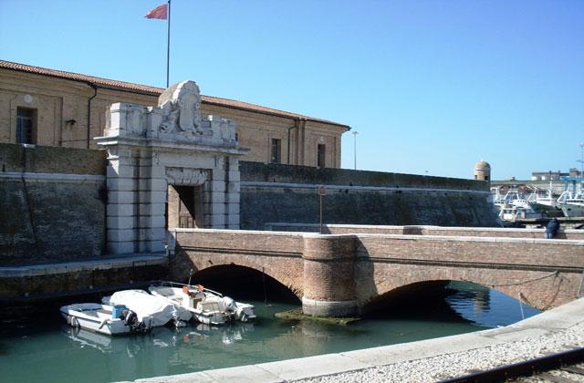Il ponte ottocentesco della Mole Vanvitelliana