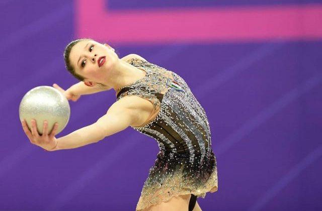 Milena Baldassarri della Ginnastica Ritmica Fabriano durante un esercizio alla palla