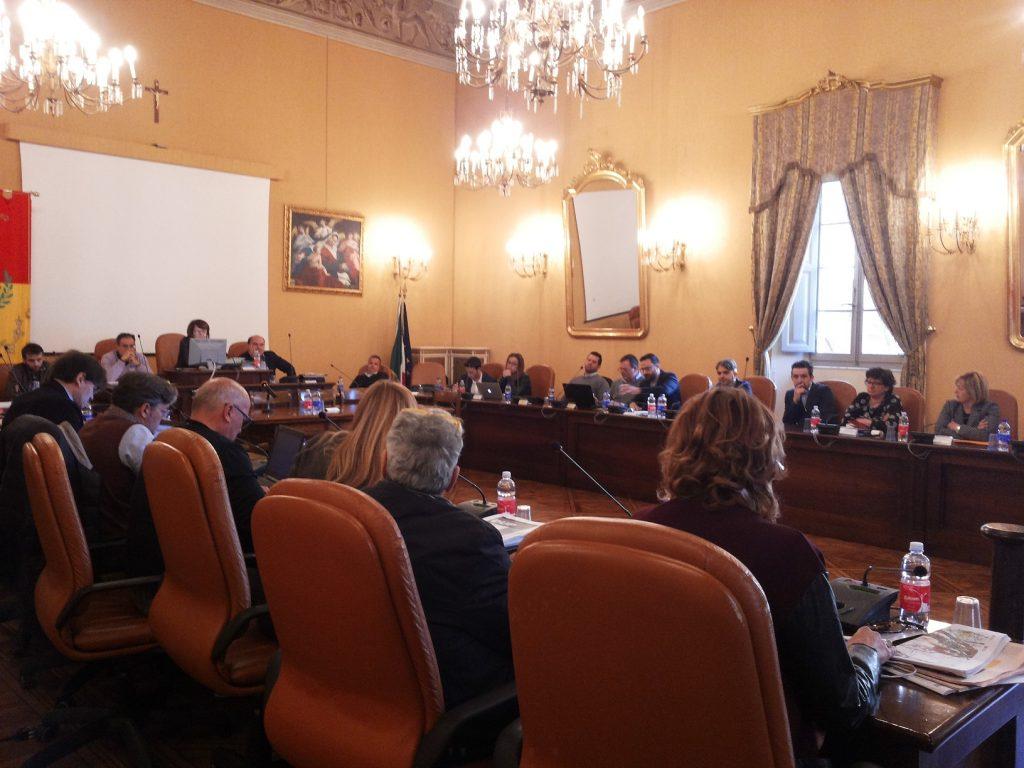 Una seduta del Consiglio comunale di Osimo