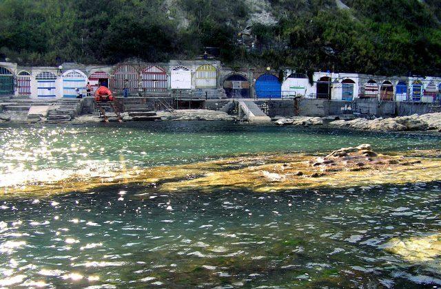 Ancona, cade e si ferisce la testa alle grotte del Passetto: interviene la Guardia costiera