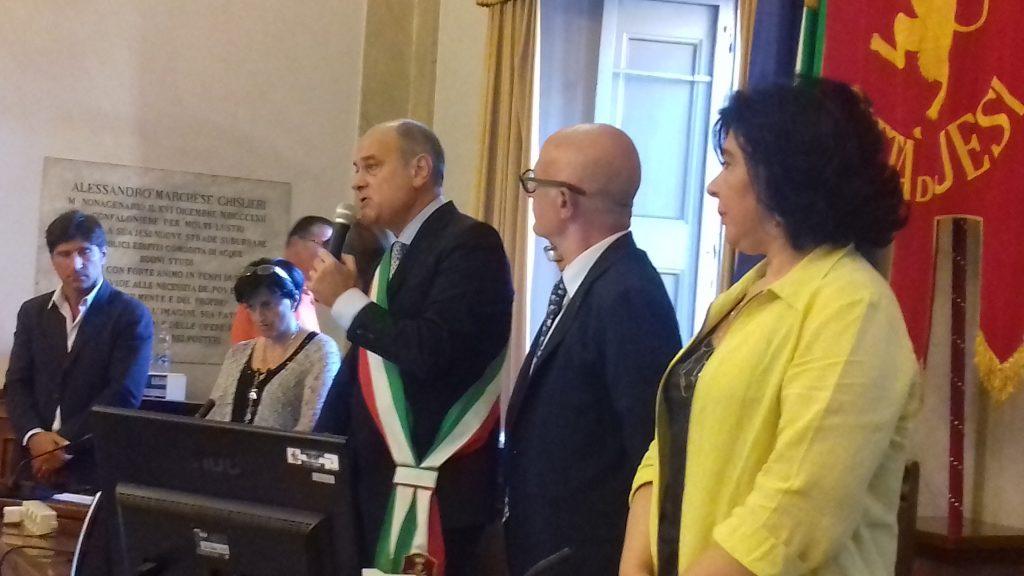 Massimo Bacci durante il suo giuramento per il secondo mandato accanto al presidente del consiglio comunale Daniele Massaccesi