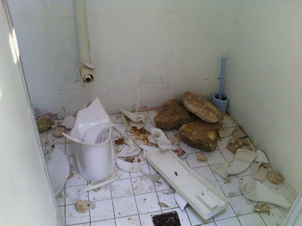 Bagni D Autore Brescia raid vandalico ai bagni pubblici di portonovo - ancona