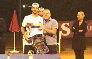 Samuele Ramazzotti con il quarto Trofeo ITAS Open di tennis conquistato al Circolo Cittadino lo scorso anno.