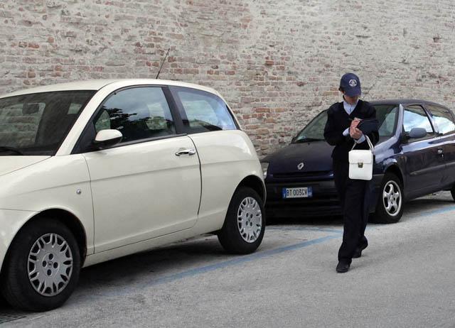 Pesaro, insulti e minacce social contro gli ausiliari del traffico