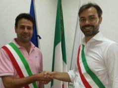 Stretta di mano tra il sindaco di Polverigi Daniele Carnevali (a sinistra) e il primo cittadino di Agugliano Thomas Braconi