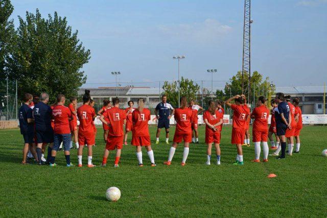 La Jesina Calcio femminile in una fase di allenamento