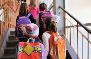 Bambini entrano a scuola