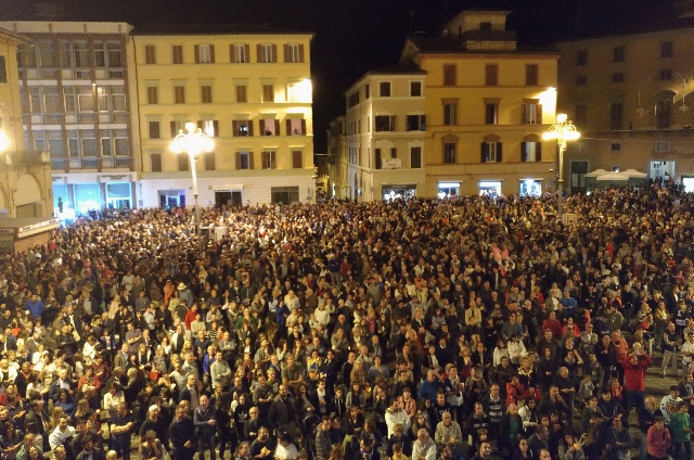 Piazza della Repubblica a Jesi gremita di persone per la tombola di San Settimio