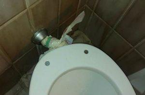 Degrado sociale a Senigallia: una famiglia costretta a vivere con il bagno rotto