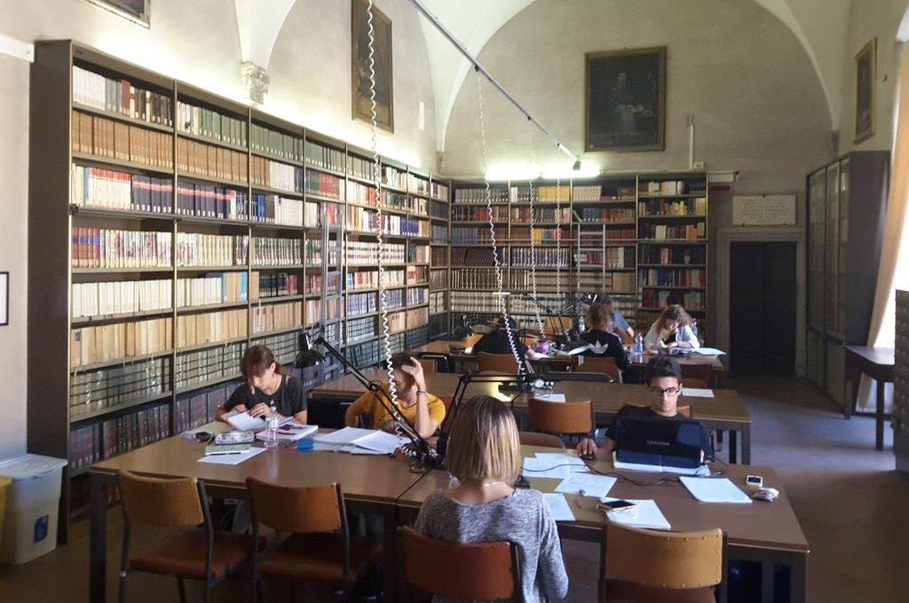 Sala lettura al primo piano della biblioteca Planettiana