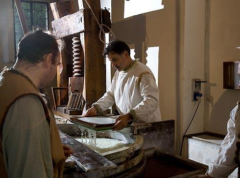 avorazione della carta all'interno del museo della Carta e della Filigrana di Fabriano