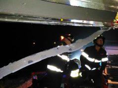 I Vigili del Fuoco di Jesi al lavoro sotto il ponte