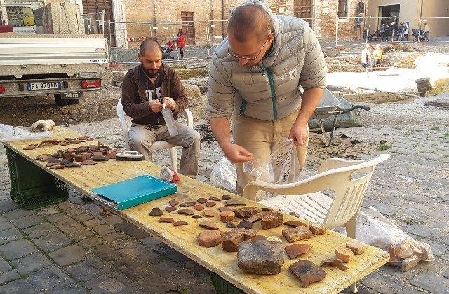 Gli archeologi Matteo Tadolti e Alessandro Biagioni mentre puliscono i reperti