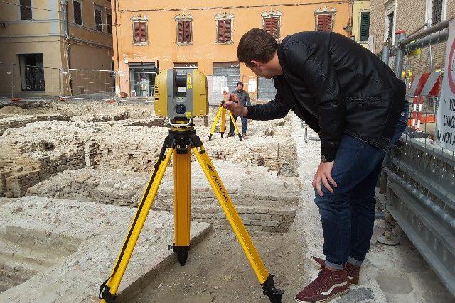 Un momento della raccolta dati con il laser scanner in Piazza Colocci
