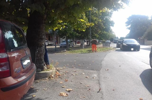 I lavori di pulizia delle strade in via Gramsci