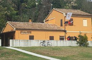 Il parco del Vallato con la sede dei camperisti, zona molto frequentata la mattina in orario scolastico