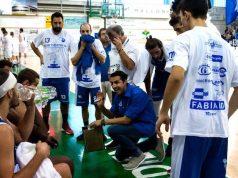 Coach Daniele Aniello carica la Ristopro Fabriano durante un time-out a Porto Sant'Elpidio (foto di Martina Lippera)