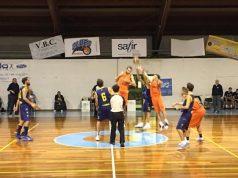 Una fase del match tra Brown Sugar Fabriano e Basket Fermo alla palestra Mazzini