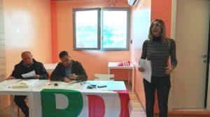 Lara Piatanesi mentre presenta la mozione a sostegno di Valeria Picardi