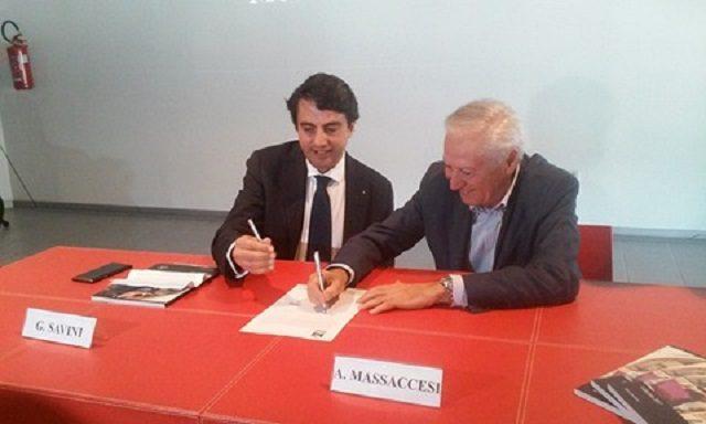 La firma dell'accordo nella sala conferenze di Delta Motors