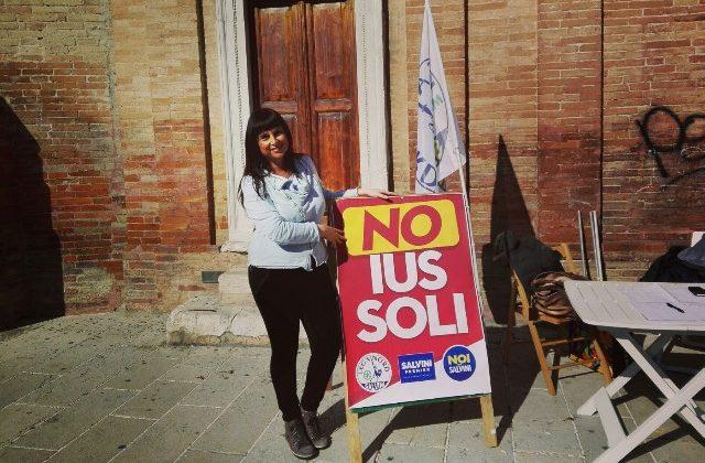 Silvia Gregori durante i banchetti della Lega Nord in Corso Matteotti