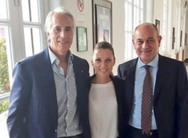 La foto del tweet del presidente del Coni Giovanni Malagò, a sinistra, in compagnia della campionessa Valentina Vezzali e del sindaco Massimo Bacci