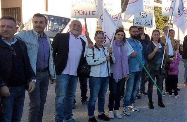 La consigliera regionale Romina Pergolesi assieme a consiglieri e attivisti del Movimento Cinque Stelle sabato 7 ottobre alla manifestazione a Osimo Stazione