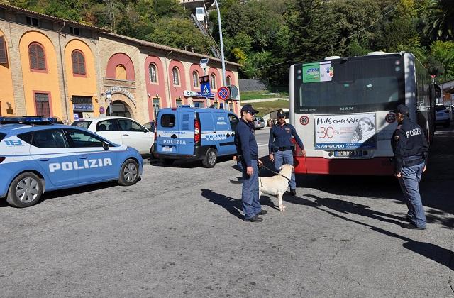 Osimo, la Polizia passa al setaccio il centro: multato il titolare di un bar
