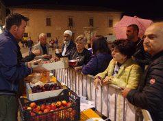 """L'iniziativa Cibo per tutti dell'associazione """"Stracomunitari"""" durante la festa dei popoli di Senigallia"""