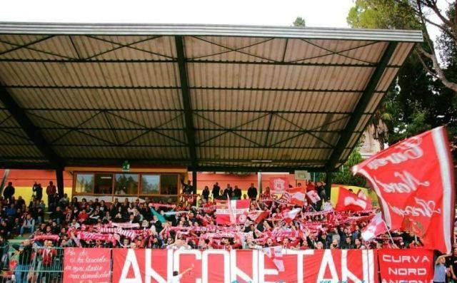 I tifosi dell'Anconitana presenti al Diana di Osimo