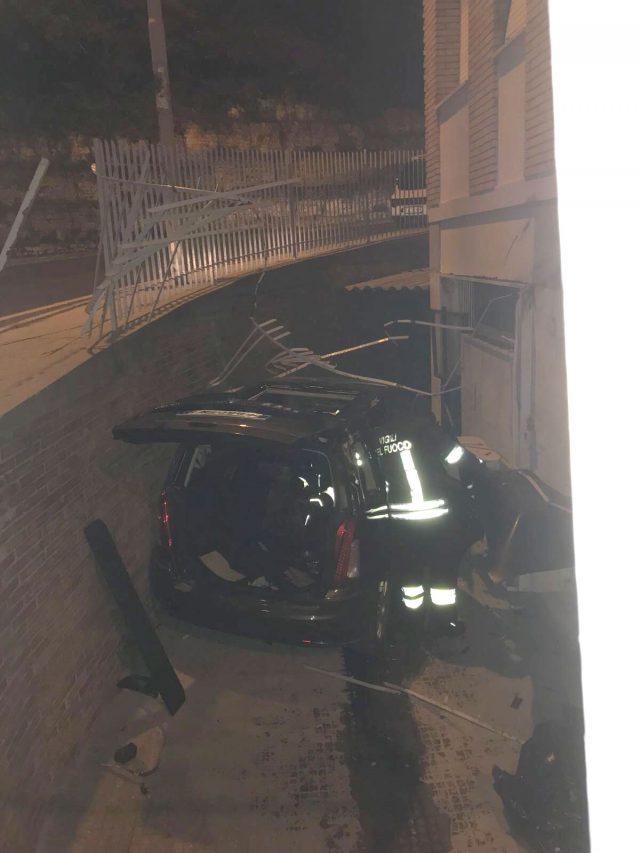 Auto sfonda una ringhiera e precipita in un cortile, la conducente: «Non hanno funzionato i freni»