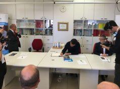 Matteo Renzi mentre appone la sua firma sul libro dei visitatori della Lega del Filo d'Oro