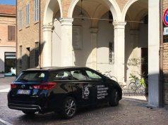 L'auto del Comune di Senigallia parcheggiata sotto il municipio