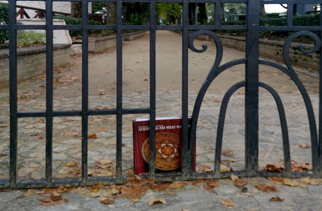 """Un dei libri da """"scovare"""" all'ingresso del Parco Colle Celeste"""