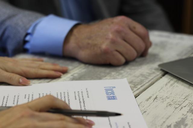 Pesaro, falsifica la firma di un cliente su un contratto telefonico: denunciato