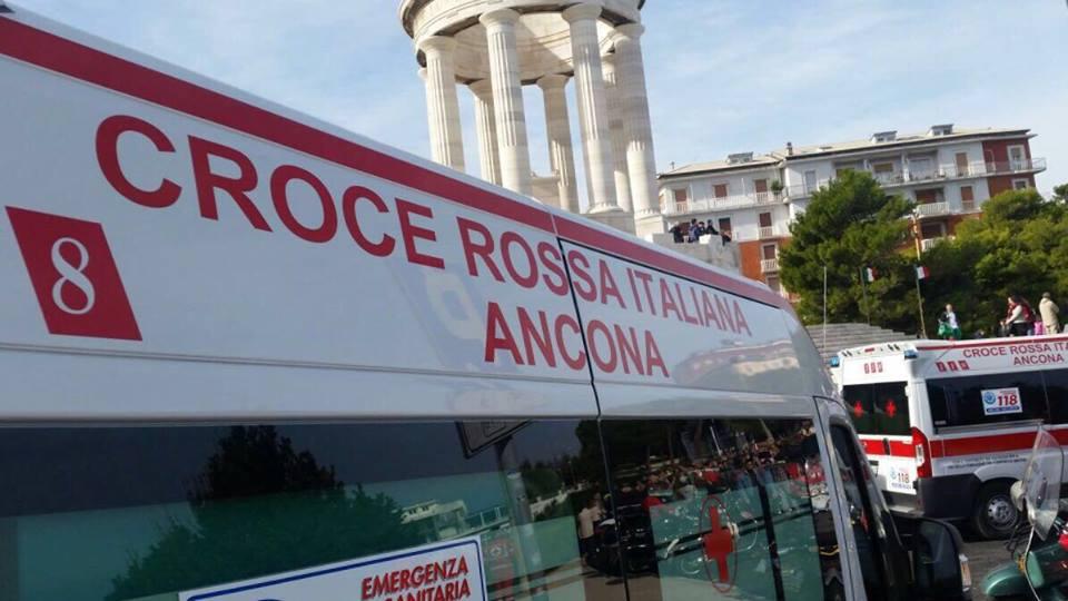 Ambulanza della Croce Rossa si ribalta. Nessun paziente a bordo