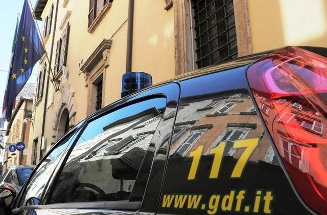 Ascoli Piceno, donate alla Caritas decine di paia di scarpe sequestrate dalle Fiamme Gialle