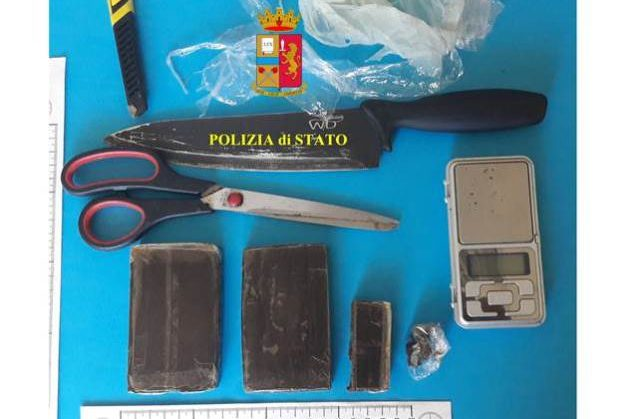 Droga e materiale sequestrato (Foto: Polizia di Stato)