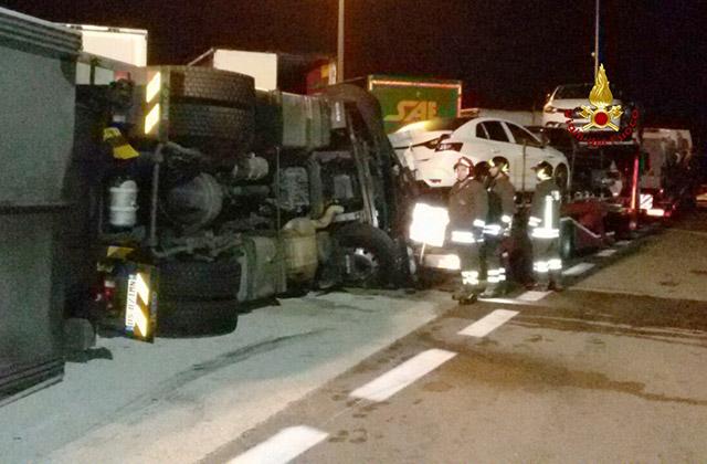 L'incidente in A14 del tir ribaltatosi all'area Metauro est