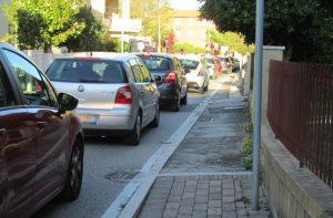 Il traffico di auto e mezzi in via Cilea a Senigallia