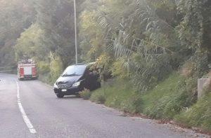 Il carro funebre all'imbocco del sentiero che porta all'oliveto