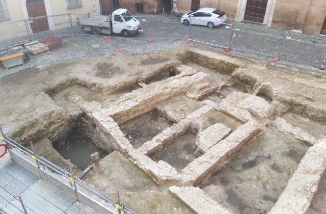 Ancora a cielo aperto gli scavi di Piazza Colocci, ma a fine mese non li vedremo più così